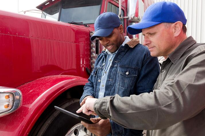 drivers-looking-at-tablet-2